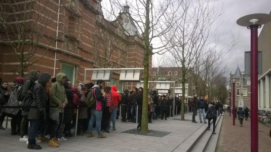 Lange wachtrijen voor het Vincent van Gogh Museum