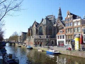 Oude Kerk te Amsterdam. Het is het oudste gebouw in Amsterdam en een oase van licht, ruimte en rust. Boek een privé stadswandeling over oud en nieuw Amsterdam, over architectuur en geschiedenis.